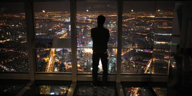 La ville de Shanghai vue du haut d'un immeuble du centre d'affaires.