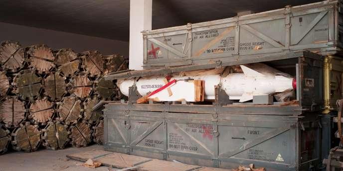 Photo prise le 26 octobre, dans un dépôt d'armes à quelque 100 km au sud de Syrte.