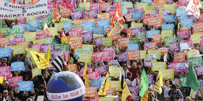 A deux jours du sommet du G20 à Cannes, des manifestants, encadrés par un important dispositif de sécurité, ont réclamé davantage de justice sociale, à Nice, le 1er novembre 2011.