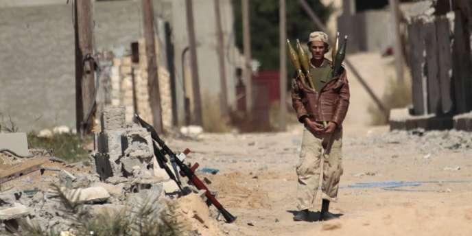 Un combattant anti-Kadhafi, dans Syrte, le 17 octobre.