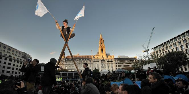 Dans le cœur de la City de Londres, des protestataires rassemblés à Finsbury Square dénoncent les dérives de la finance mondiale.