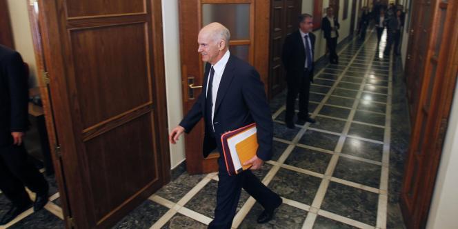 Georges Papandréou, le premier ministre grec, semble de plus en plus isolé. Son gouvernement, divisé, pourrait ne pas obtenir la confiance nécessaire du Parlement, vendredi.