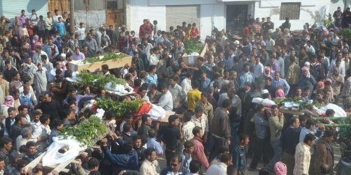 Des villageois portent les cercueils de manifestants anti-gouvernement tués mercredi 2 novembre à Hula, près de Homs.