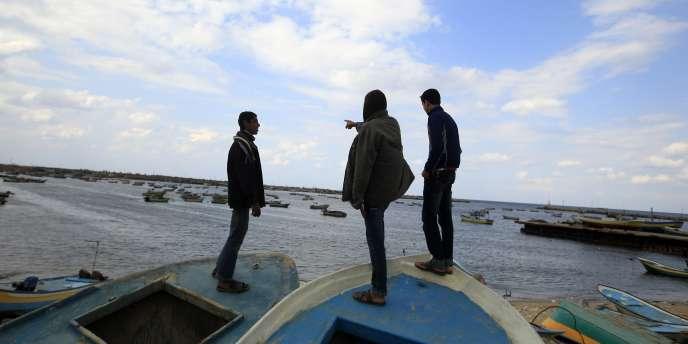 Des Palestiniens attendaient l'arrivée de la flottille internationale dans le port de Gaza, le 4 novembre.