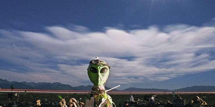 Dans le désert du Colorado, près d'une tour d'observation d'ovnis, une statue d'Extraterrestre laissée par des visiteurs.