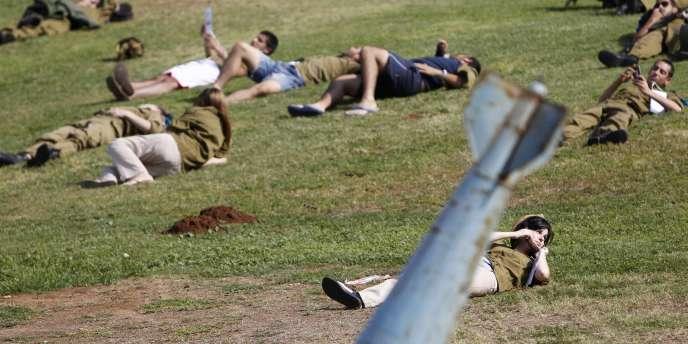 Des militaires israéliens participent, le 3 novembre 2011, à un exercice simulant une attaque de missile sur la région de Tel-Aviv.