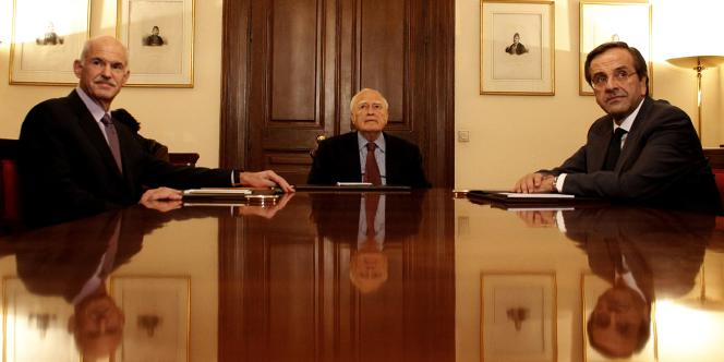 Le premier ministre Georges Papandréou avec le président hellène Karolos Papoulias et le leader de l'opposition Antonis Samaras, réunis le 6 novembre 2011 en vue d'un accord pour la formation d'un gouvernement de coalition.