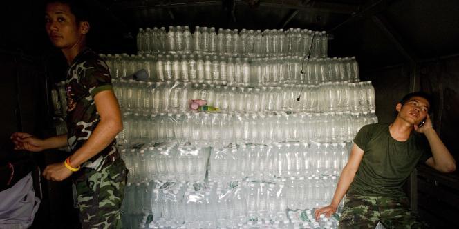 Novembre 2011 en Thaïlande. Des militaires parcourent le pays en camions chargés de bouteilles d'eau potable, destinées aux habitants sinistrés après de graves inondations