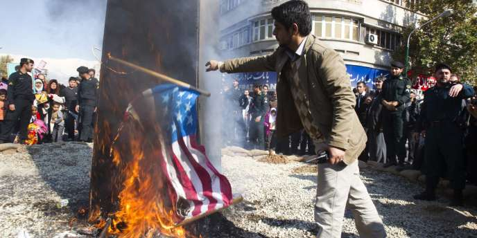 Un manifestant pro-régime iranien brûle un drapeau américain à Téhéran, le 4 novembre 2011.