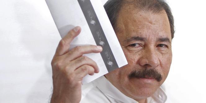 Daniel Ortega dans un bureau de vote à Managua (Nicaragua), le 6 novembre 2011.