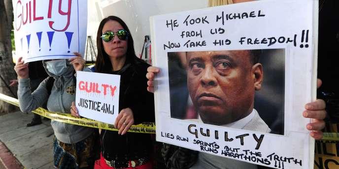 Des fans de Michael Jackson convaincus de la culpabilité du docteur Conrad Murray à Los Angeles, le 7 novembre.