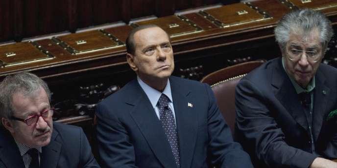 Silvio Berlusconi entouré par ses ministres de l'intérieur, Roberto Maroni, et des réformes, Umberto Bossi, mardi 8 novembre.