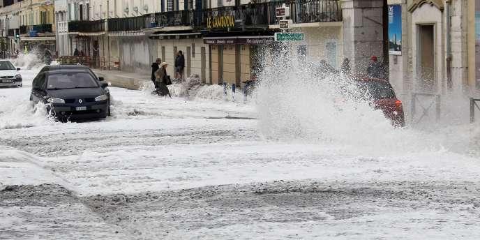 La promenade des Anglais à Nice submergée par les eaux, le 8 novembre 2011.