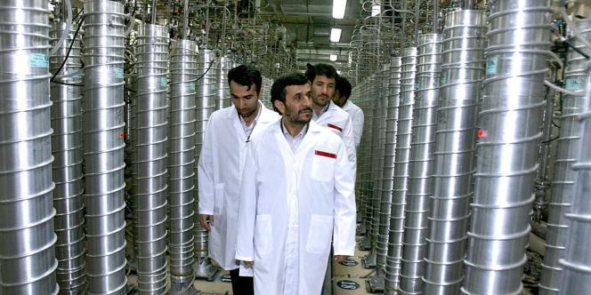 Le président iranien, Mahmoud Ahmadinejad, visite le site d'enrichissement d'uranium de Natanz, le 8 avril  2008.