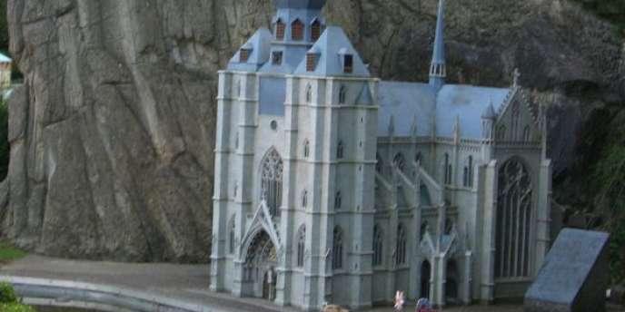 La cathédrale de Dinant (Belgique) a été bombardée par les Allemands pendant la guerre en 1914.