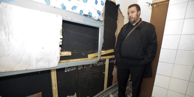 Un responsable de la mosquée de Montbéliard observe les dégâts suite à l'incendie partiel de la mosquée dans la matinée du 10 novembre 2011. Cette acte a été signé par un mystérieux groupuscule dénommé
