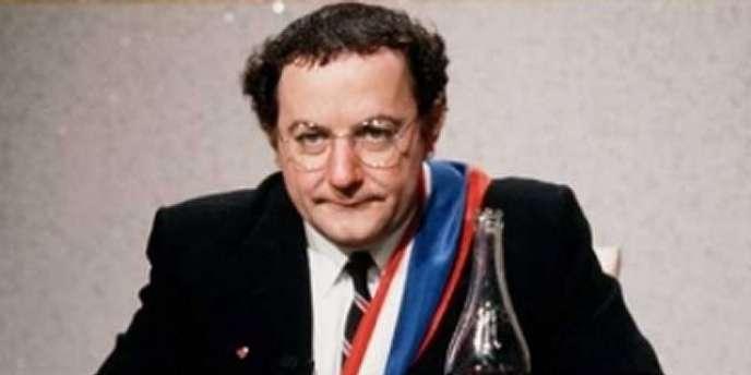 Le candidat Coluche, lors de l'élections présidentielle de 1981, se retire en avril.