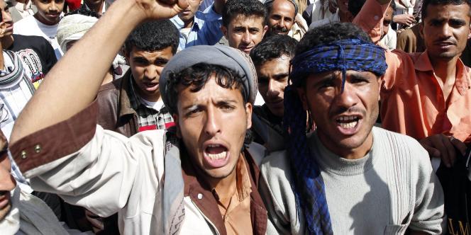 Des milliers de Yéménites ont manifesté, jeudi, pour demander au président Saleh, de signer le plan élaboré par les monarchies du Golfe.
