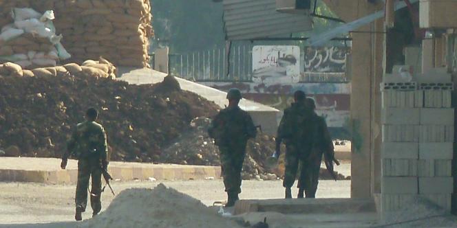 Des soldats de l'armée syrienne à un check-point de Hula près de la ville de Homs.
