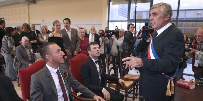 Le maire communiste de Cabestany (Pyrénées-Orientales), Jean Vila, a célébré symboliquement le mariage d'un couple d'homosexuels, le 12 novembre.