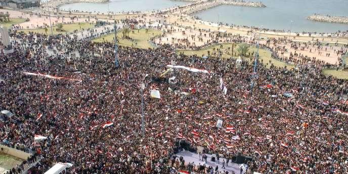 Manifestation en faveur du régime à Tartous, dimanche 13 novembre. La veille, la Ligue arabe suspendait la participation de la Syrie à ses réunions. Photographie diffusée par l'agence officielle syrienne SANA.