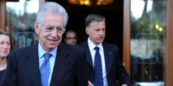 Mario Monti a été officiellement chargé de former un nouveau gouvernement, dimanche.