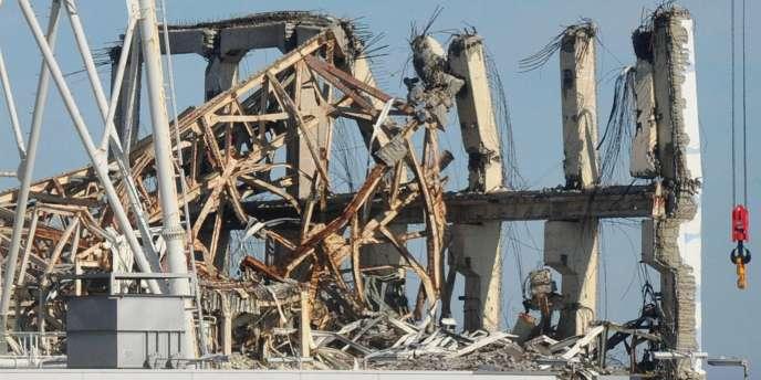 Le bâtiment abritant le réacteur numéro 3 est le plus endommagé, avec tout autour des carcasses de camions, des barrières métalliques tordues et des réservoirs d'eau éventrés.