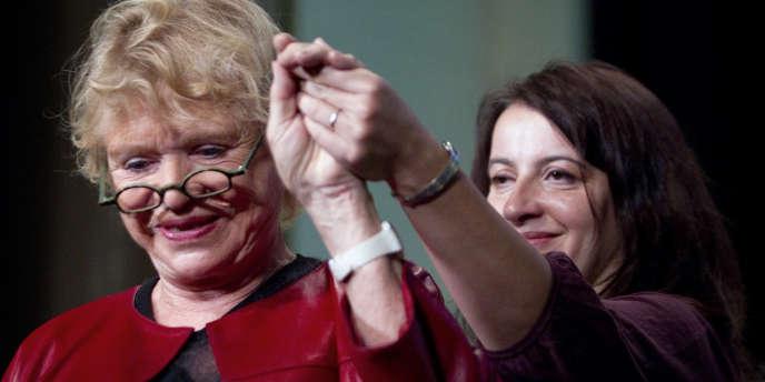 La candidate EELV à la présidentielle, Eva Joly, avec Cécile Duflot, la secrétaire nationale, samedi 12 novembre, au congrès du Parti vert européen, à Paris.