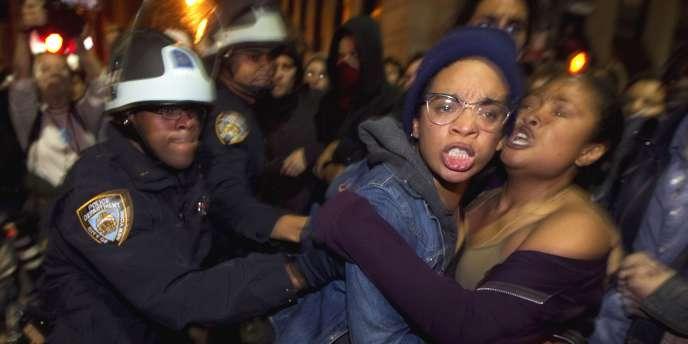 Des membres du collectif d'occupation de Zuccotti Park évacués par la police, le 15 novembre 2011.
