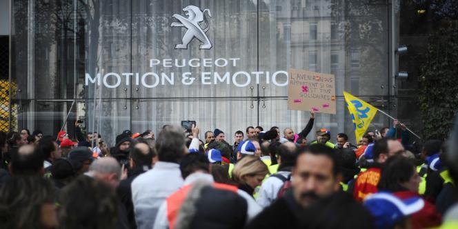 Des employés de PSA se sont rassemblés devant le siège du constructeur, à Paris, pour protester contre les milliers de licenciements annoncés, le 15 novembre 2011.