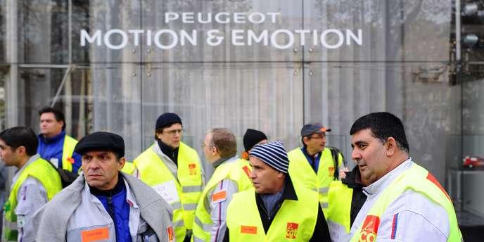Manifestation devant le siège de PSA, à Paris, le 15 novembre, après l'annonce des 6 000 suppressions de poste.