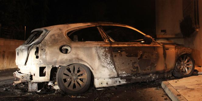 Photo prise le 8 novembre 2011 à Ajaccio de la carcasse d'une voiture qui aurait servi lors d'une tentative d'assassinat contre trois personnes d'une même famille : le père de famille, Yves Manunta, avait déjà été blessé lors d'une tentative d'assassinat en 1996 à Ajaccio.