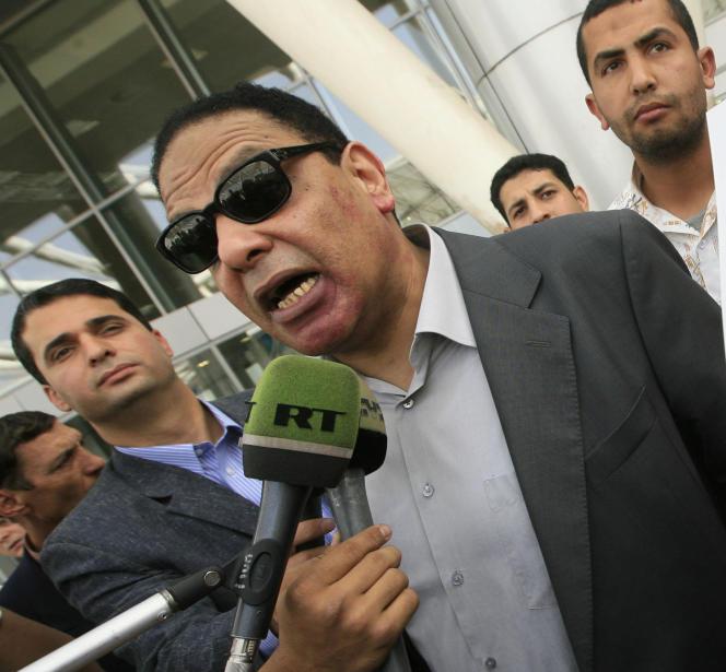 L'écrivain égyptien Alaa Al-Aswany à l'aéroport du Caire (Egypte), le 19 février 2010.
