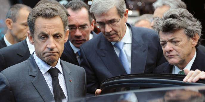 Nicolas Sarkozy, Philippe Varin, patron de PSA, et Jean-Louis Borloo, au salon de l'automobile en 2010 .