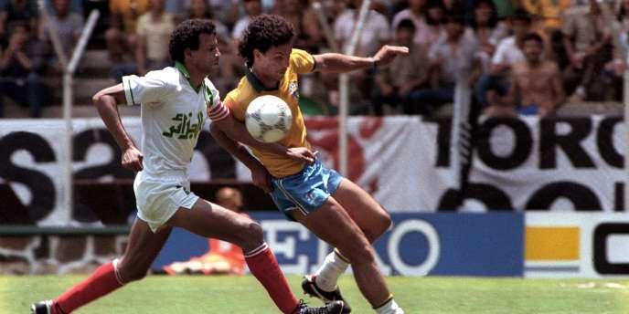 L'Algérien Mahmoud Guendouz face au Brésilien Careca lors de la Coupe du monde 1986 au Mexique.