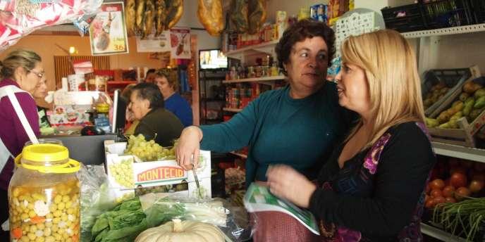 Mamen Sanchez, candidate socialiste au Congrès pour la province de Cadiz, distribue des tracts dans une épicerie d'Estella del Marques.