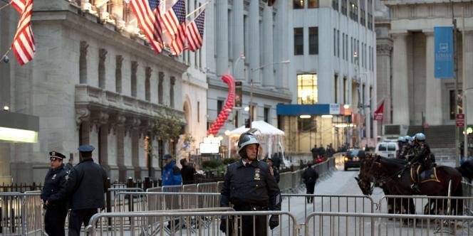 Environ un millier de manifestants anti-Wall Street ont défilé jeudi près de la Bourse de New York, sous forte surveillance policière.