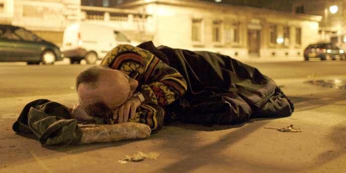 En France, il existe des lois sociales en faveur des pauvres dont ils ne se saisissent pas toujours - ici, un SDF sur un trottoir parisien.