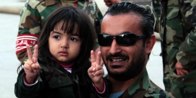 Un Libyen et sa fille fêtent à Benghazi l'arrestation de Saïf Al-Islam Kadhafi, le 19 novembre.