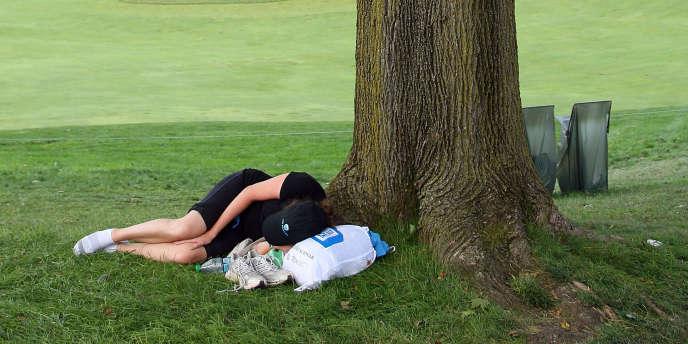 Un dormeur au pied d'un arbre dans le New Jersey.