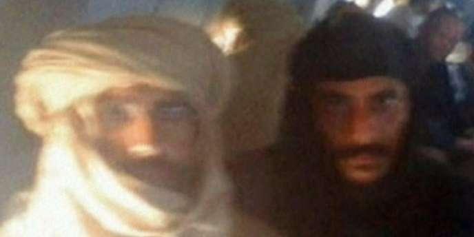 Saif Al-Islam dans l'avion qui l'emmène à Zenten à côté d'un combattant.