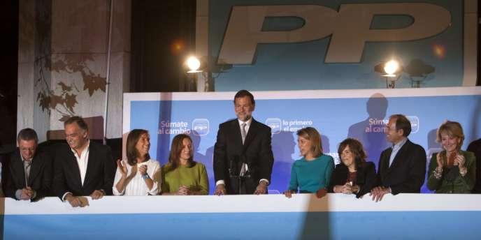 Mariano Rajoy fête sa victoire entouré de son équipe de campagne, au balcon du siège du Parti populaire à Madrid, dimanche 20 novembre.