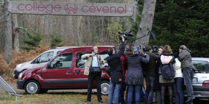 Une représentante du conseil d'administration du collège-lycée Cévenol s'exprime devant les médias, lundi 21 novembre.