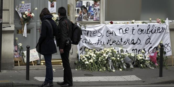 Devant le domicile des parents d'Agnès Marin, à Paris, le 21 novembre 2011.