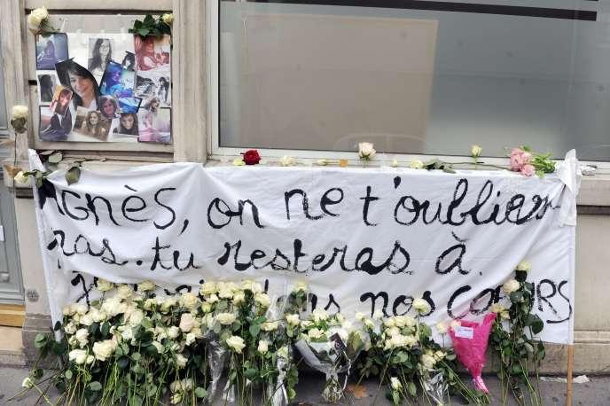 Des messages et des fleurs sont déposés, le 21 novembre 2011, devant le domicile familial à Paris, d'Agnès Marin, collégienne de 13 ans, violée et assassinée le 16 novembre par un lycéen de son établissement au Chambon-sur-Lignon.