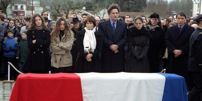 Danielle Mitterrand entourée de la famille de l'ex-président de la République lors des funérailles de ce dernier, à Jarnac, le 11 janvier 1996.
