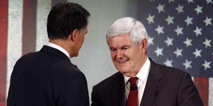 Newt Gingrich et Mitt Romney se serrent la main lors d'un débat en Caroline du Sud, le 12 novembre 2011.