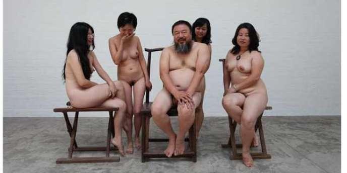 Cette photo vaut à l'artiste chinois de faire l'objet d'une enquête pour pornographie.