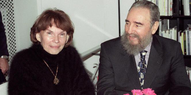 Le président cubain Fidel Castro accueilli par Danielle Mitterrand à Paris, le 15 mars 1995. Cette rencontre fera grand bruit en France.
