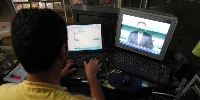 Des activistes responsables de la communication envoient leurs vidéos chaque jour à des télévisions internationales, en particulier Al-Jazira, Al-Arabiyya et France 24.